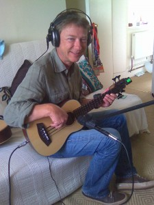 Jonty (son complice du Ukulele Orchestra), et la mini basse