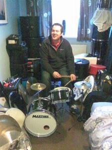 Pat et la mini batterie, le point de départ du choix des mini instruments pour cet album (photo Will Grove-White)