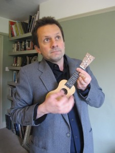 Will et son mini ukulele (photo Will Grove-White)